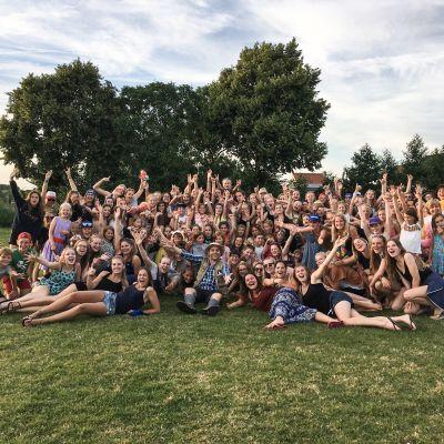 Coenraad Bolders geeft DJ-set op chiro kamp