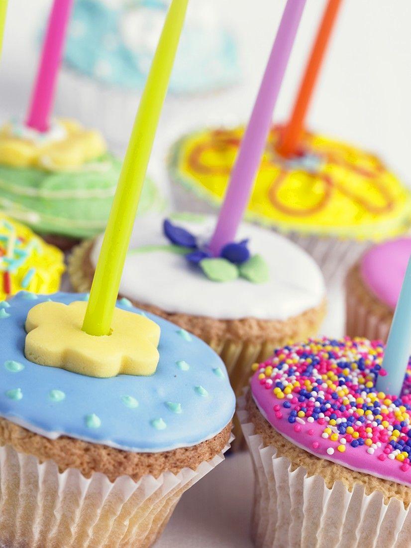 Kleurig versierde cupcakes met kaarsjes