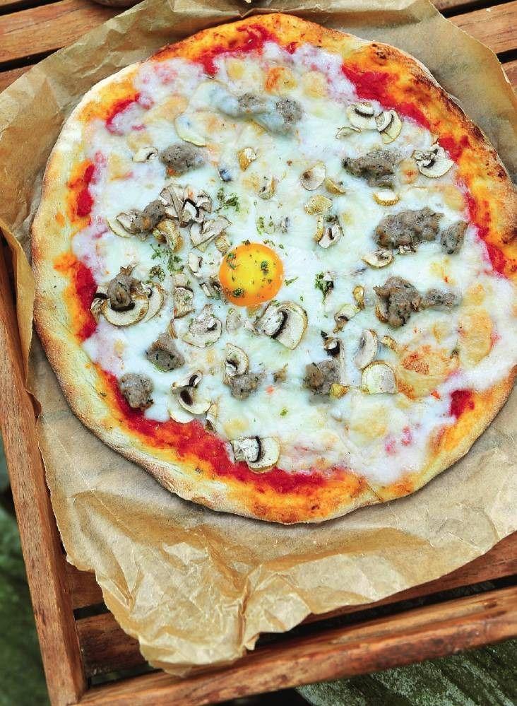 Pizza Nonna met salsiccia, champignons en een eitje
