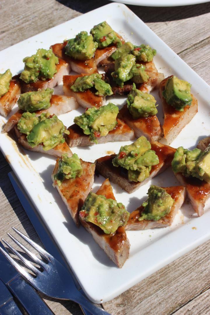 Gelakt buikspek met avocadosalade