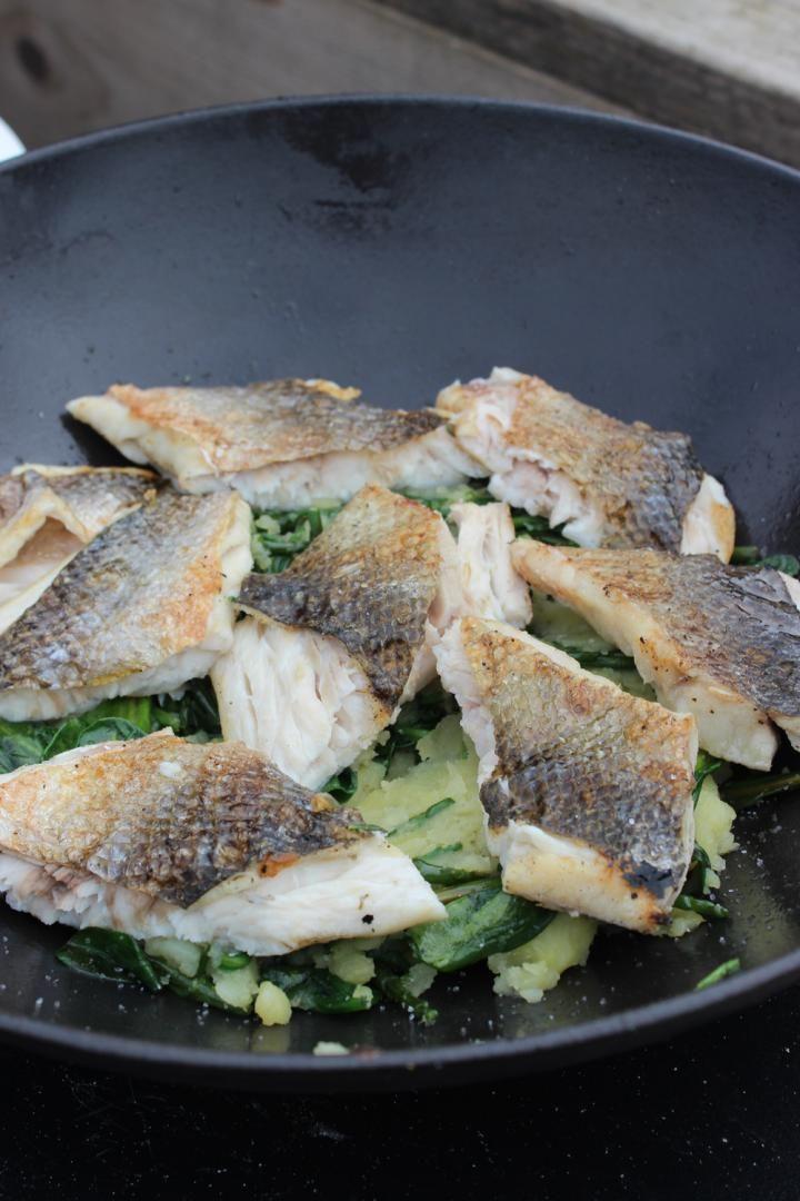 Zeebaars met salade van aardappel en algen