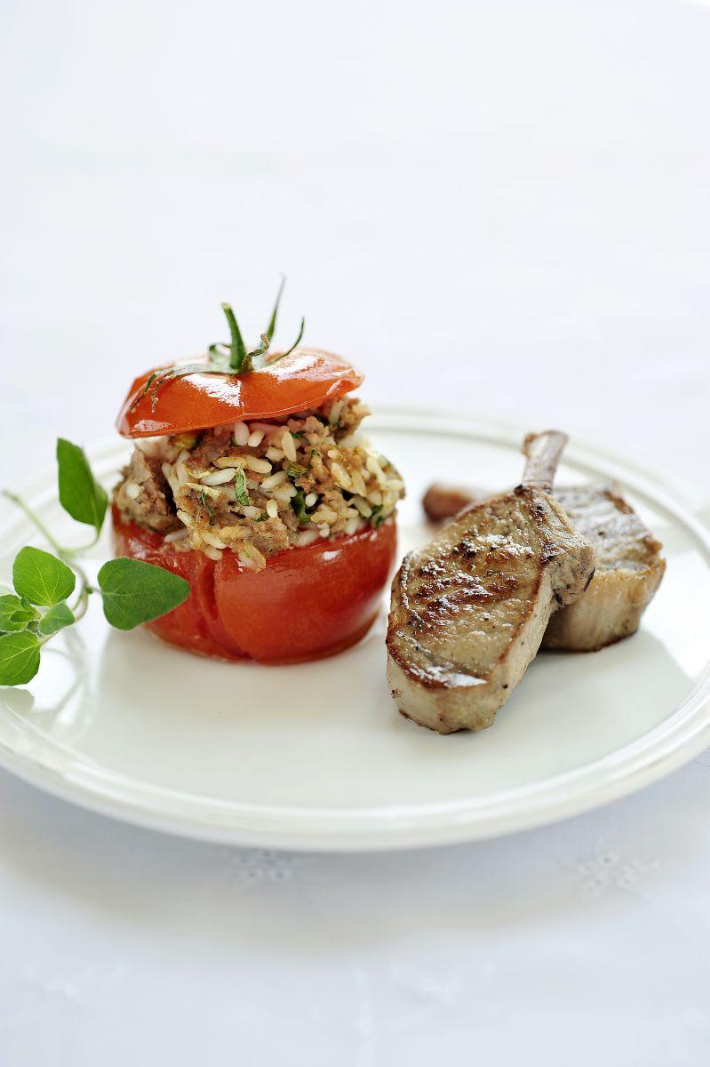 Lamsvlees met een gevuld tomaatje