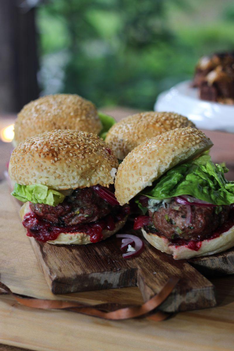 Wildburger met veenbessencompote