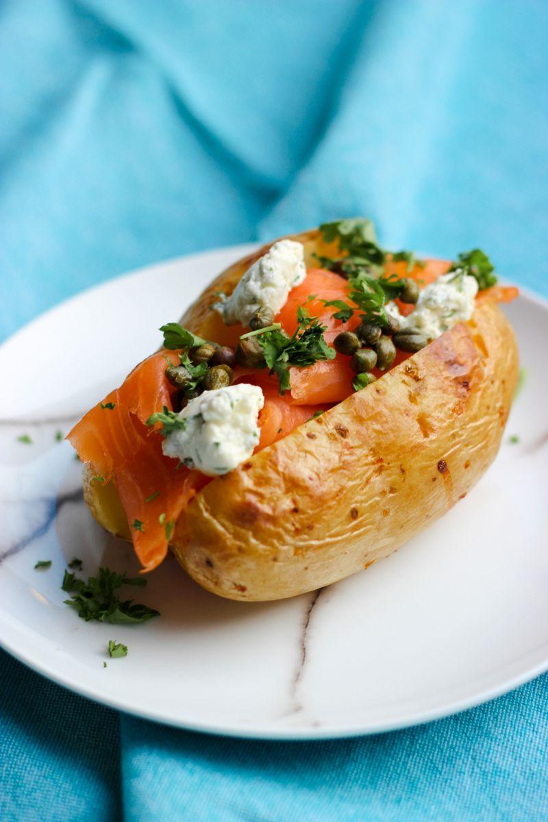 Gevulde aardappel met zalm en kappertjes