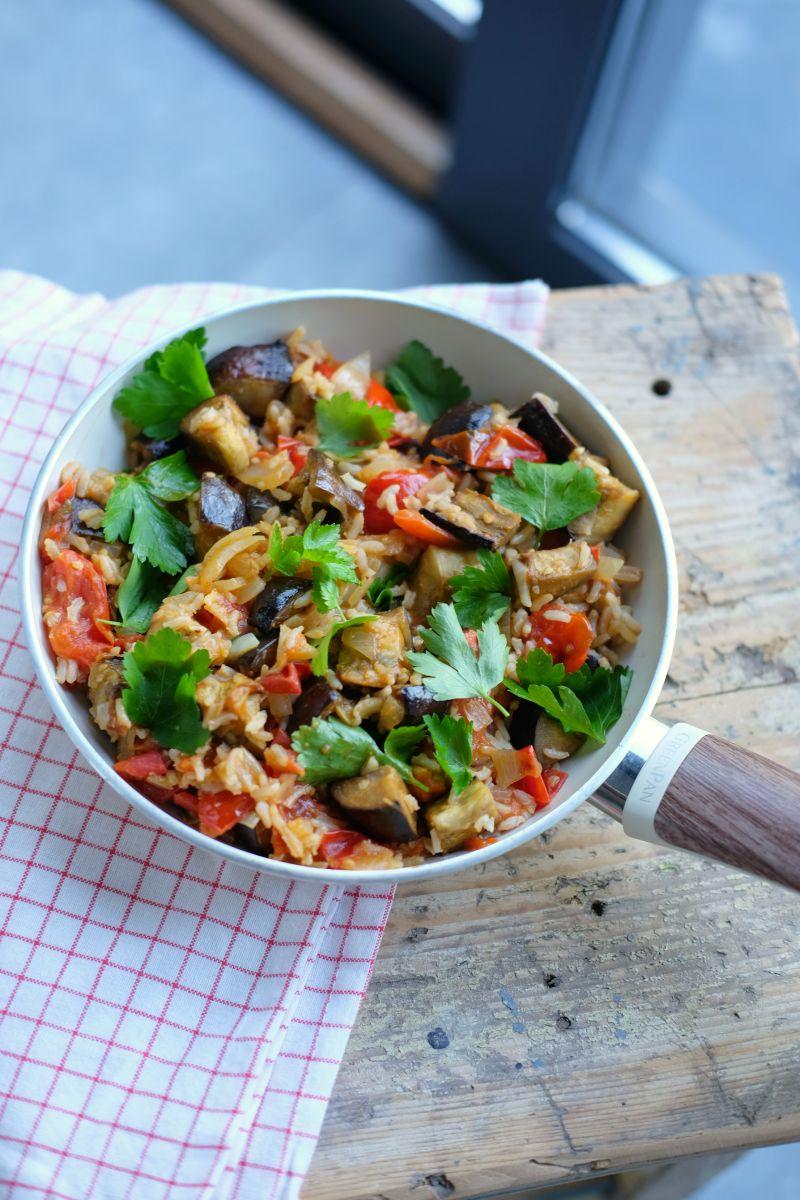 Mediterraanse schotel met bruine rijst met spelt, aubergine en kerstomaatjes