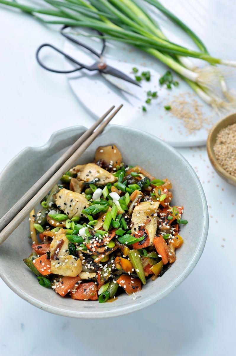 Kip met gewokte groenten en sesam