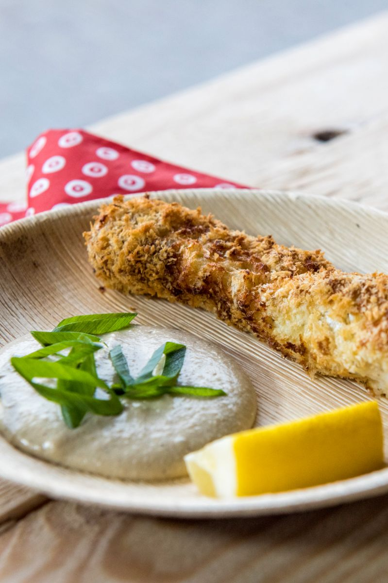 Gepaneerde visreepjes met hummus