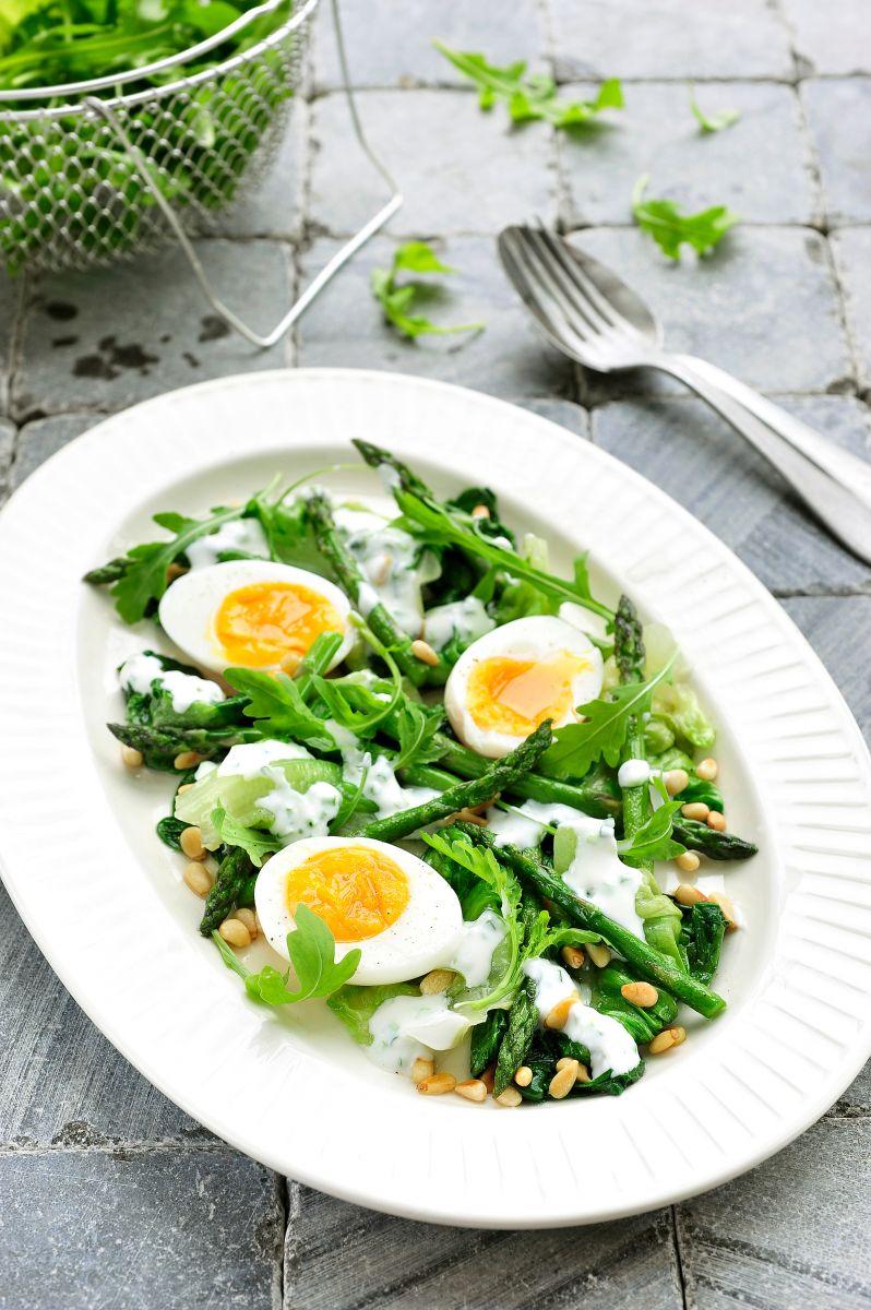 Warme salade met ei en aspergepunten