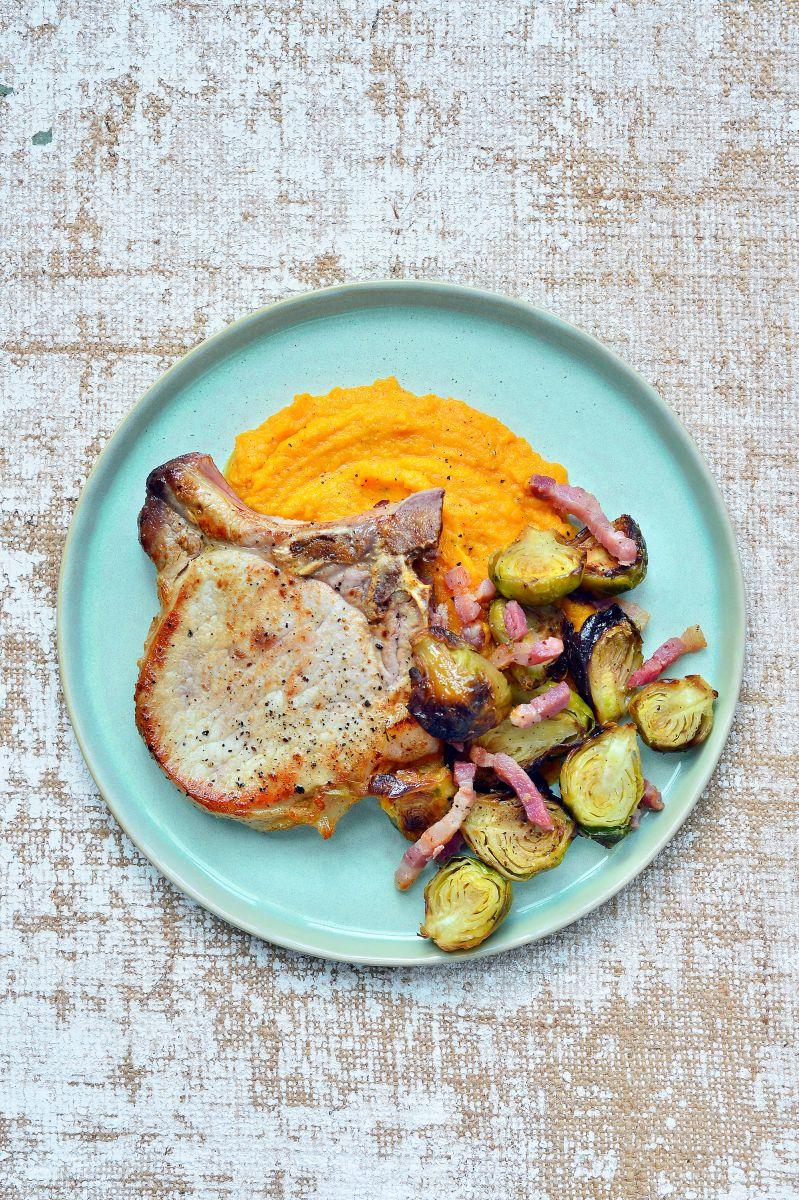 Kotelet met zoete aardappelpuree en geroosterde spruitjes