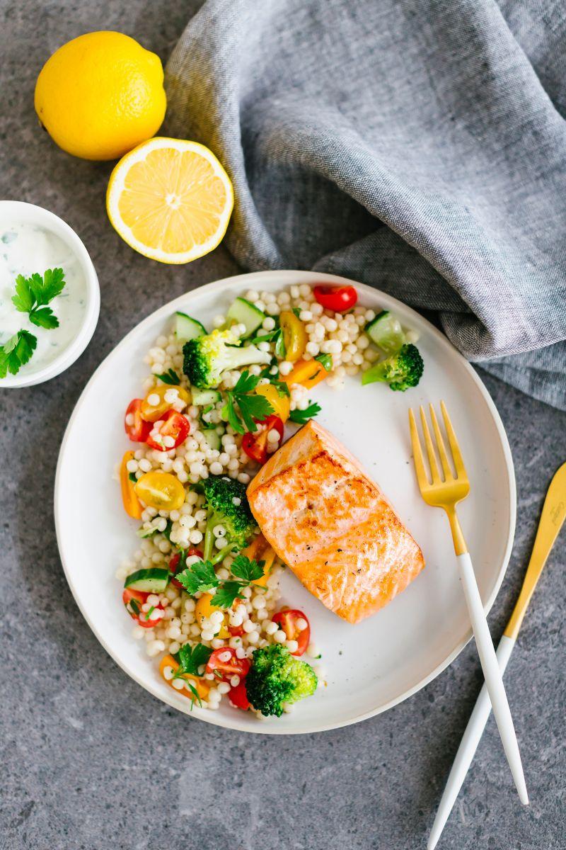 Zalm met parelcouscous en groentjes