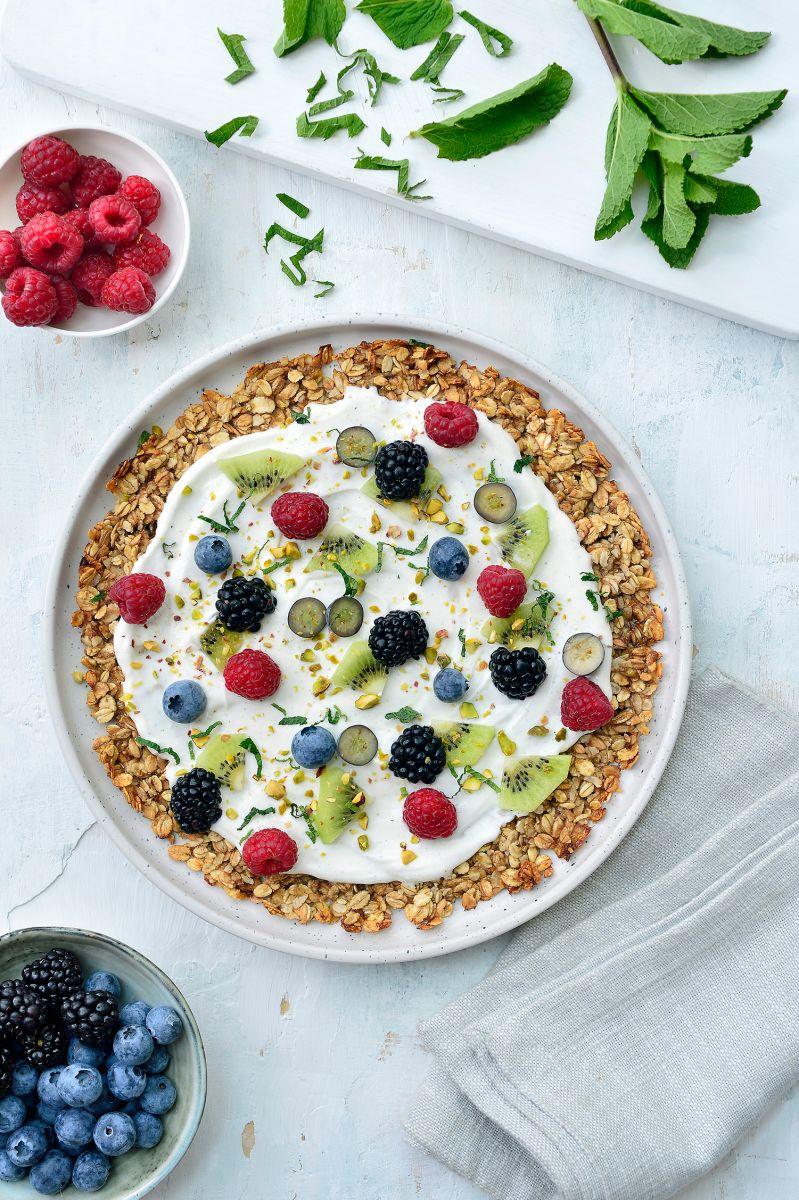 Ontbijtpizza met yoghurt en fruit
