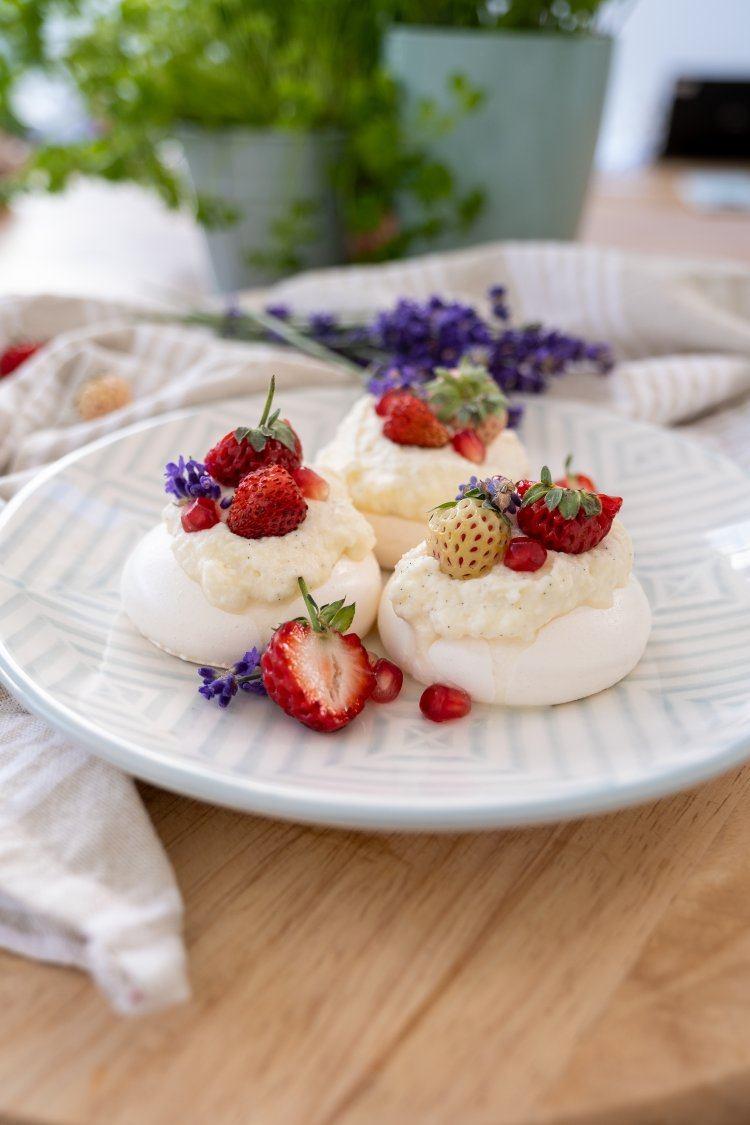 Mini pavlova's met rood fruit