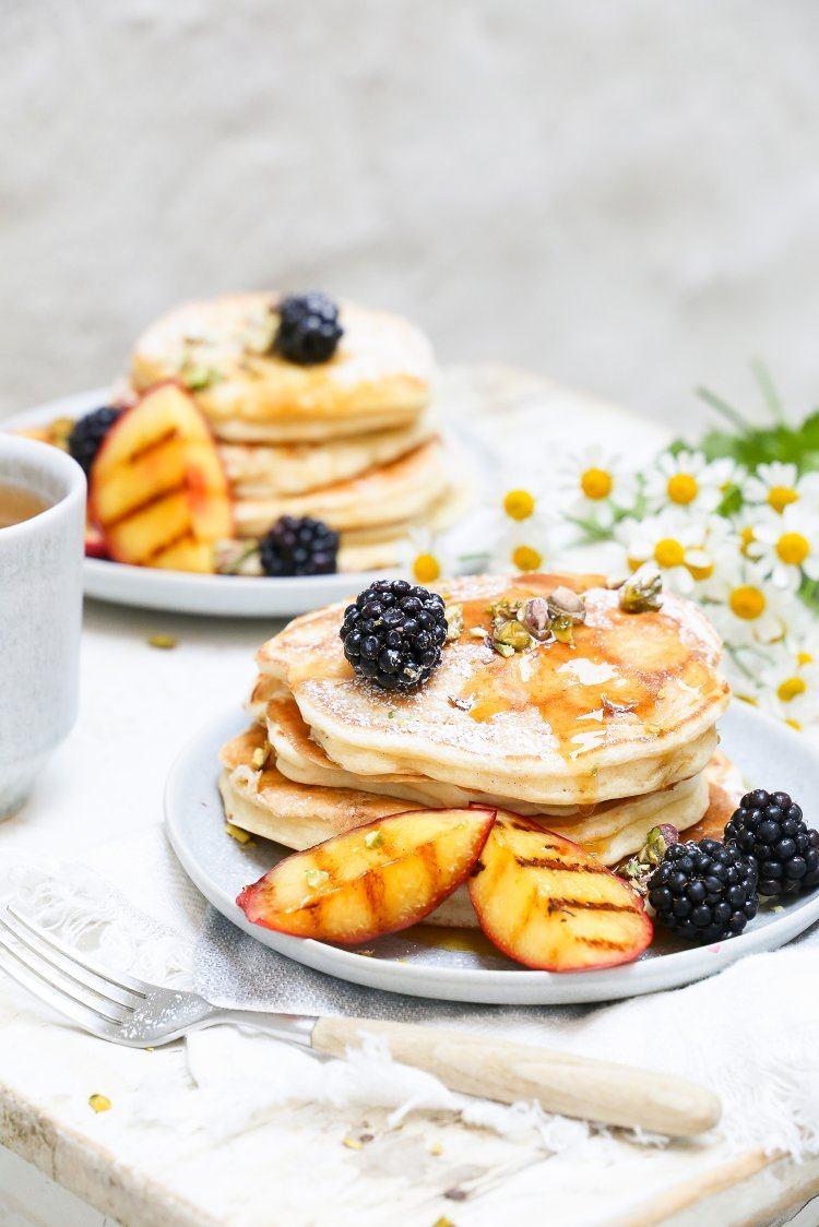 Pannenkoeken met braambessen en gegrilde nectarines