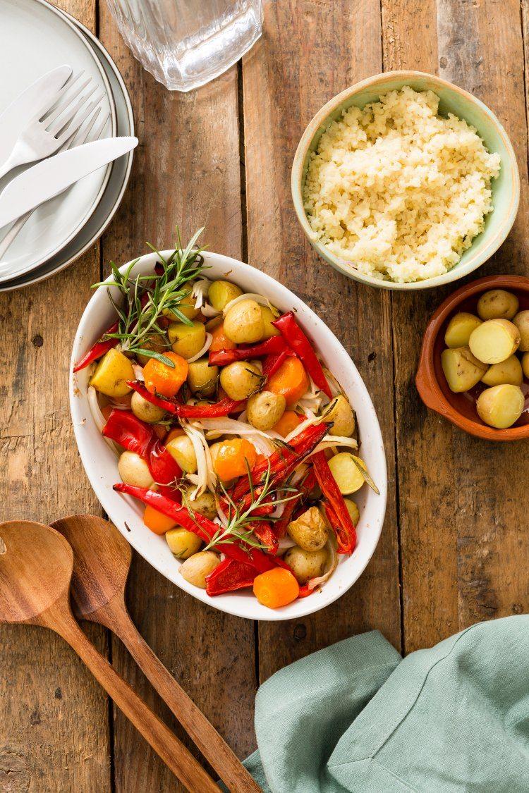 Vegetarische groenteschotel met kruidige bulgur