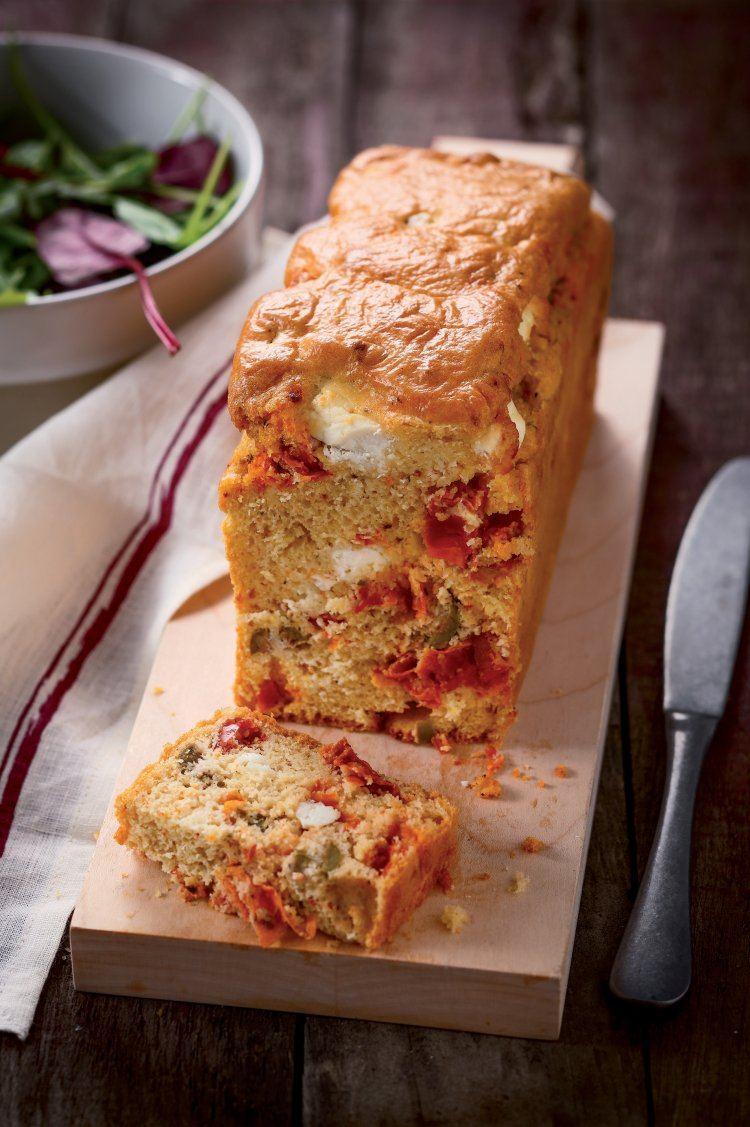 Hartige taart met gedroogde tomaten, olijven en feta