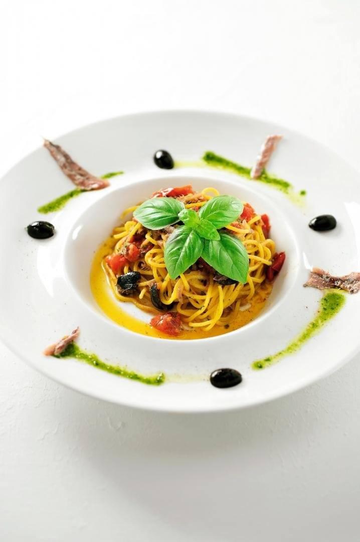 Spaghetti met ansjovis en olijven