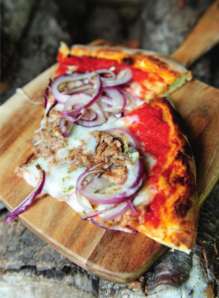 Pizza met tonijn en ui
