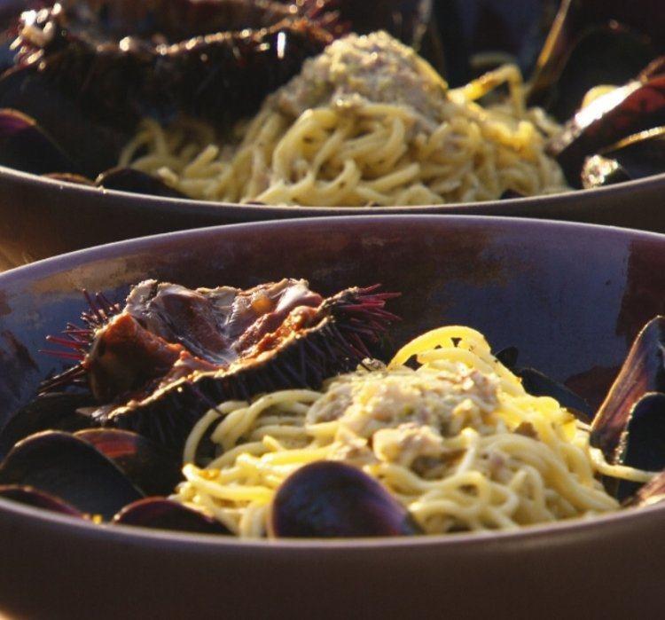 Pasta met mosselen, pistache en zee-egel
