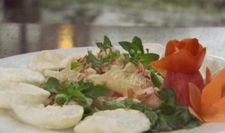 Salade van pomelo, inktvis en garnalen