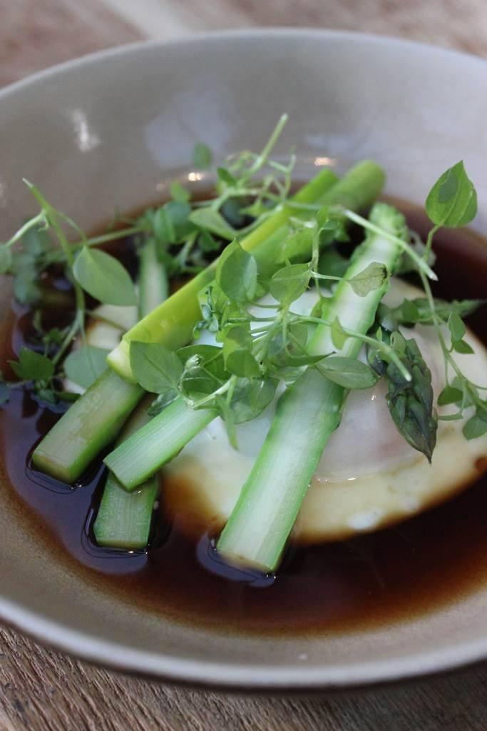 Groene asperges met een hoeve-eitje en bouillon van soja