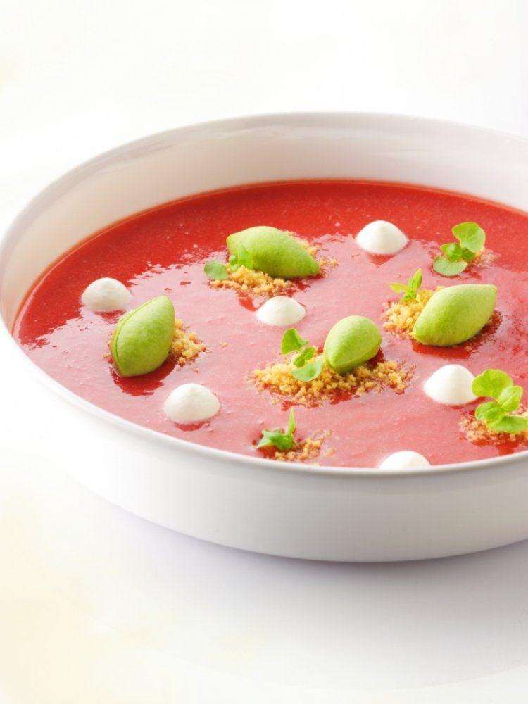 Soepje van aardbeien met basilicumijs