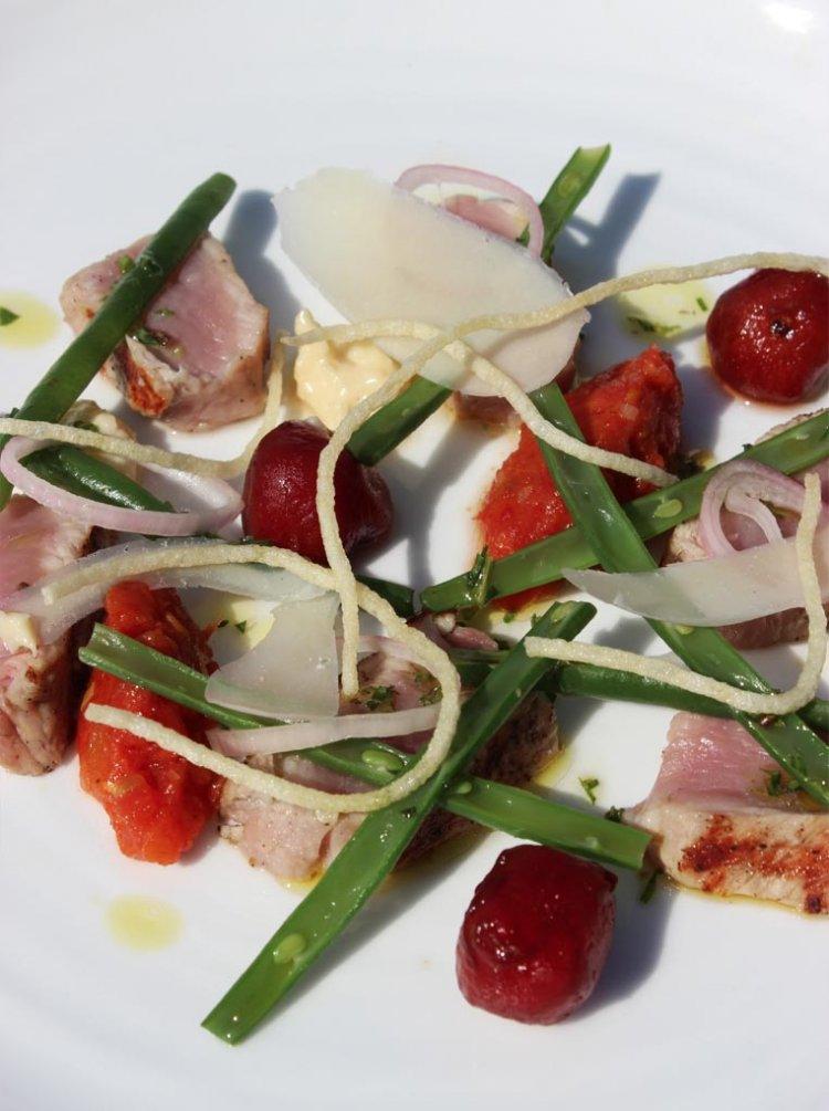 Kalfsvlees met boontjes, tomaat en parmezaanmayonaise