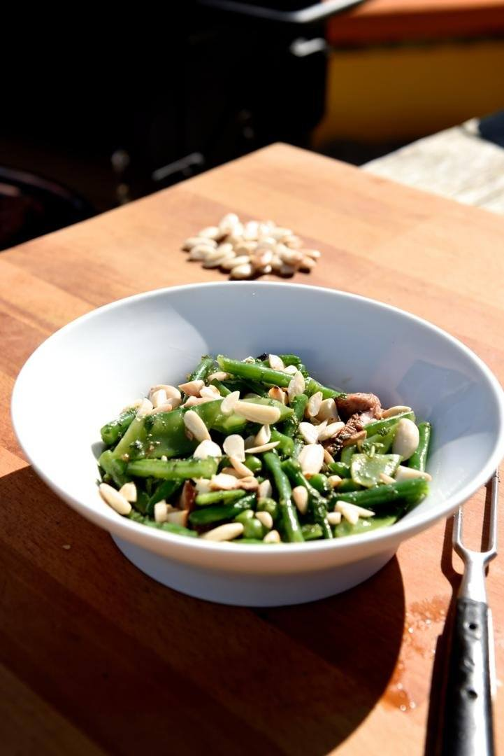 Lamsbout met salade van witte kool, gremoulata en gerookte amandelen