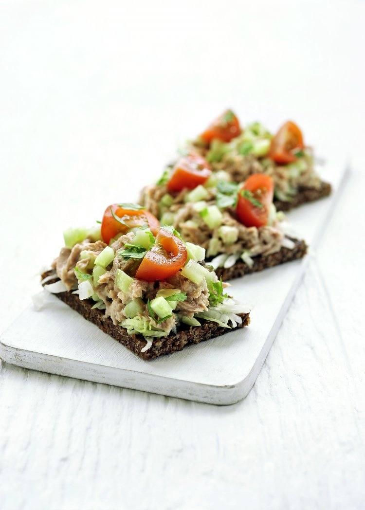 Pumpernickel met gezonde tonijnsalade