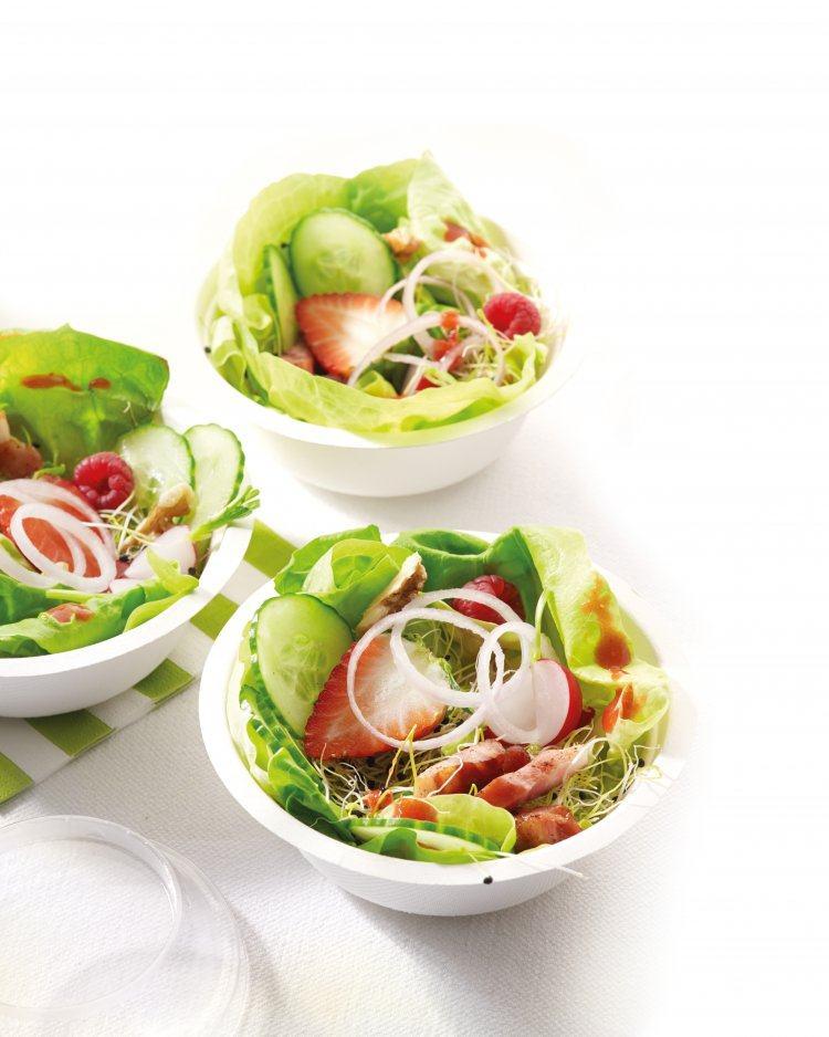 Salade met aardbeien, frambozen en spekblokjes