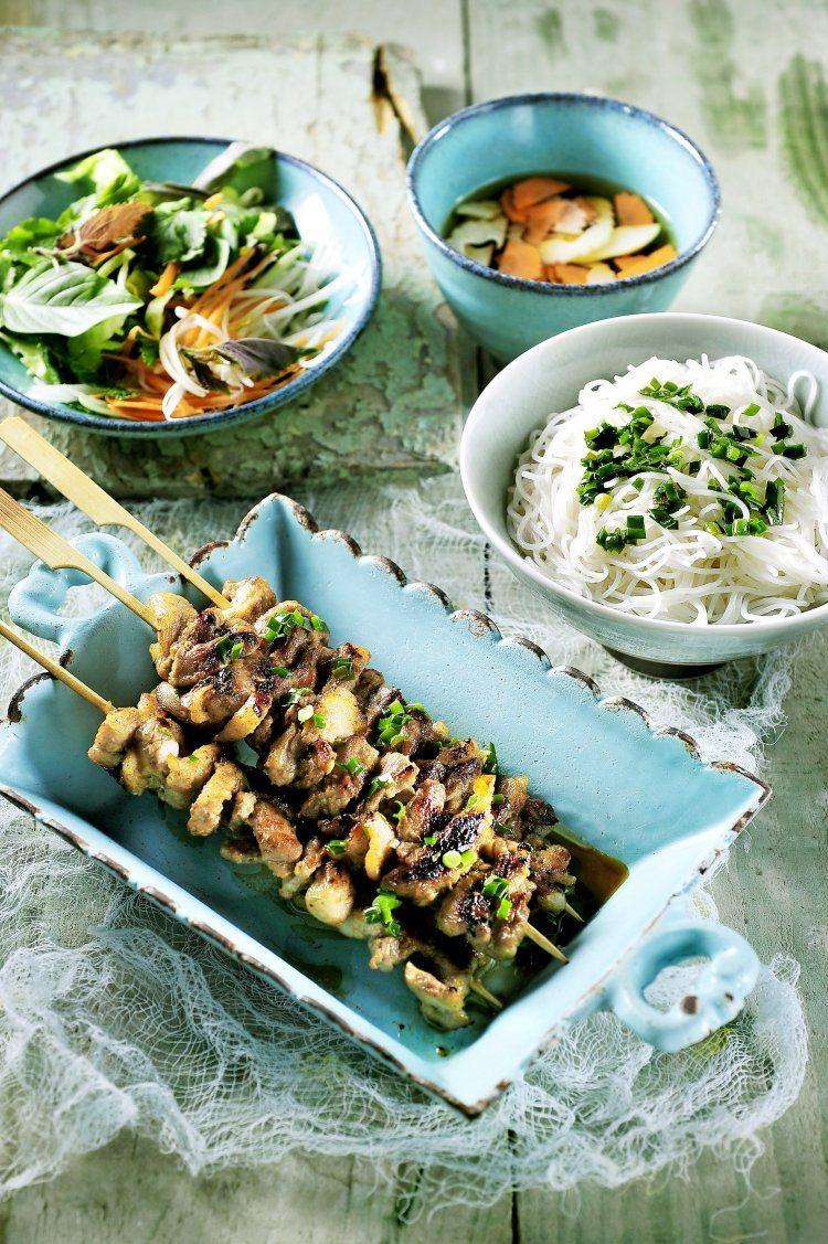 Bun cha, gegrild spek met rijstvermicelli, slaatje en vissaus