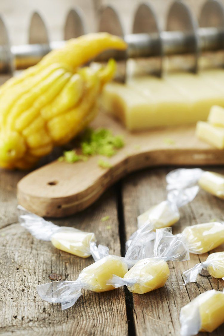 Karamelbonbons van witte chocolade met limoen