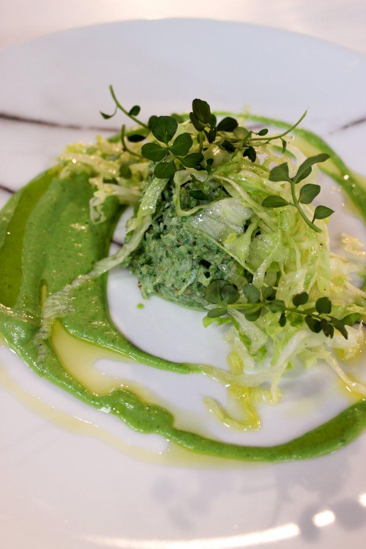 Salade van krab en spinazie met crème van courgette