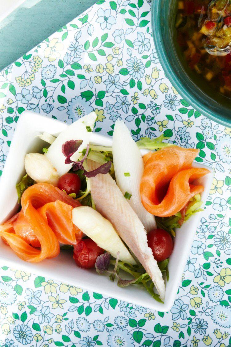 Salade met asperges, gerookte zalm en paling