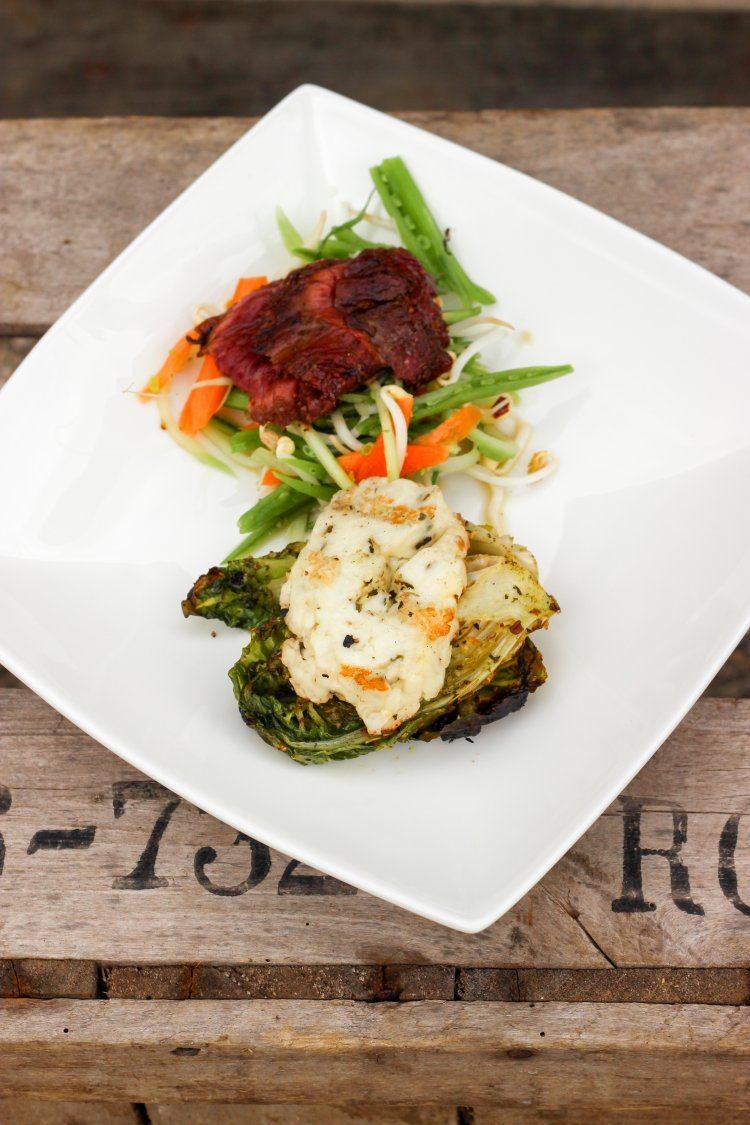 Onglet met zoetzure groentjes & slaharten met halloumi