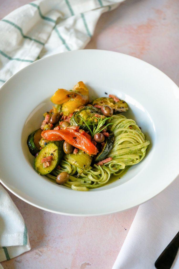 Pasta met gegrilde groenten en spek