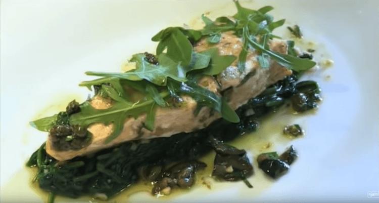 Gestoomde zalm met gesmolten spinazie en vinaigrette van kappertjes