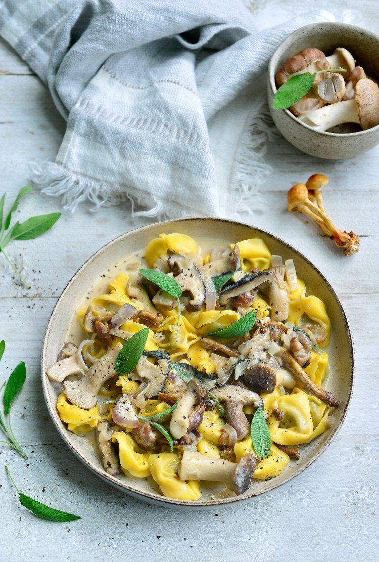 Tortellini met saus van bospaddenstoelen en salie