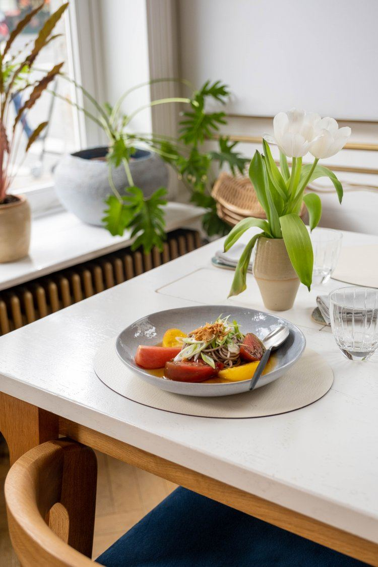 Oosterse noedelsalade met tomaat en puree van aubergine